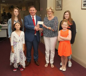 John Gallagher of Cathedral Financial Consultants presents a cheque to Theresa Russell from Julianstown. Theresa is accompanied by her grandaughters Emily, Ruth, Ava and Risa.